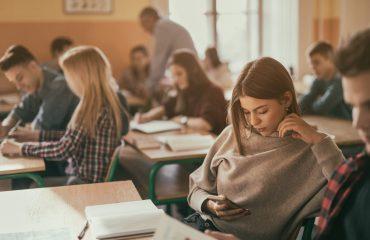 Celular em sala de aula: veja as vantagens e desvantagens